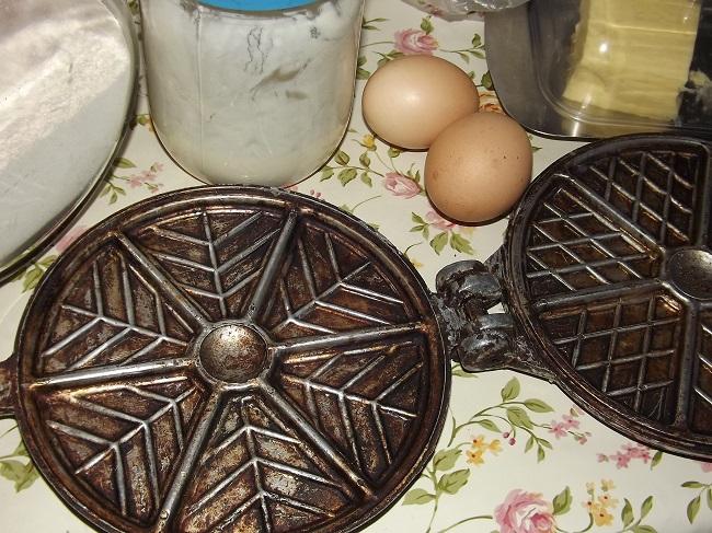 Печенье для выпечки в форме на газовой плите